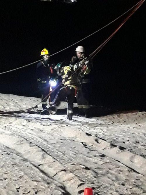 Arduo trabajo de bomberos para rescatar a jóvenes en problemas, desde acantilados en La Portada