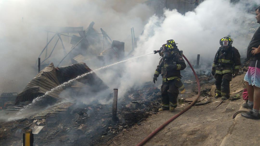 Rápido trabajo de bomberos para controlar incendio en campamento de Antofagasta